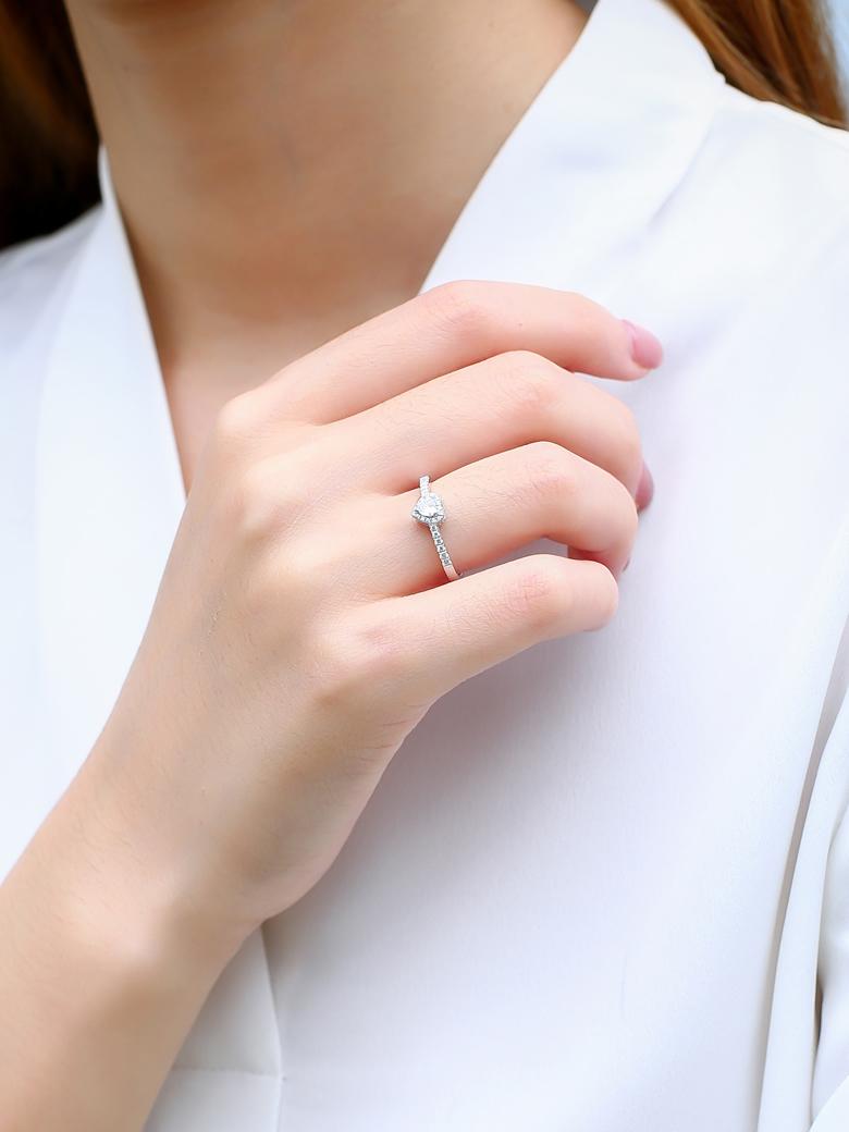 18K金甜美心形天然鑽石戒指